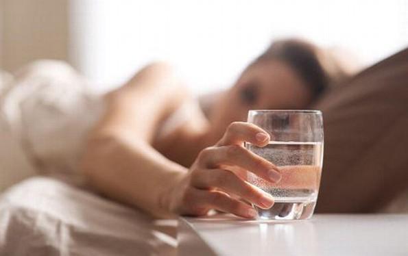 Beber agua al despertarse