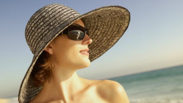 Mujer con sombrero y gafas