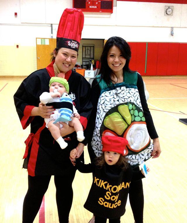 Familia disfrazada de sushi